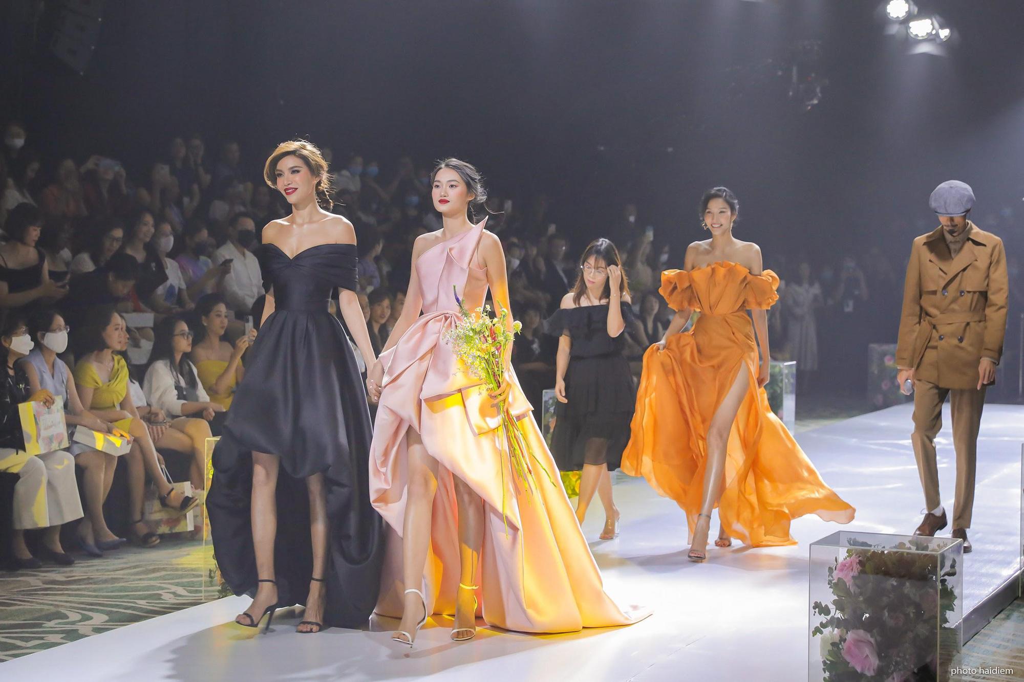 5 điểm nhấn đắt giá trong show diễn tràn đầy đam mê của IVY moda - Ảnh 2.