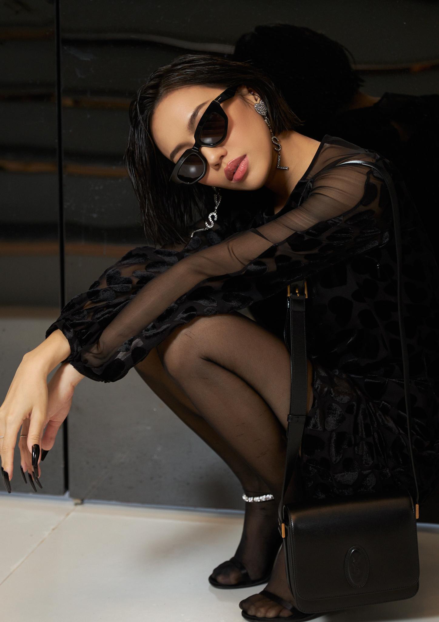 """Đụng hàng Saint Laurent: Quỳnh Anh Shyn tự tin với phong cách Rock chic, Ngọc Trinh và Diệu Nhi lại """"biến hình"""" gợi cảm, huyền bí - Ảnh 8."""
