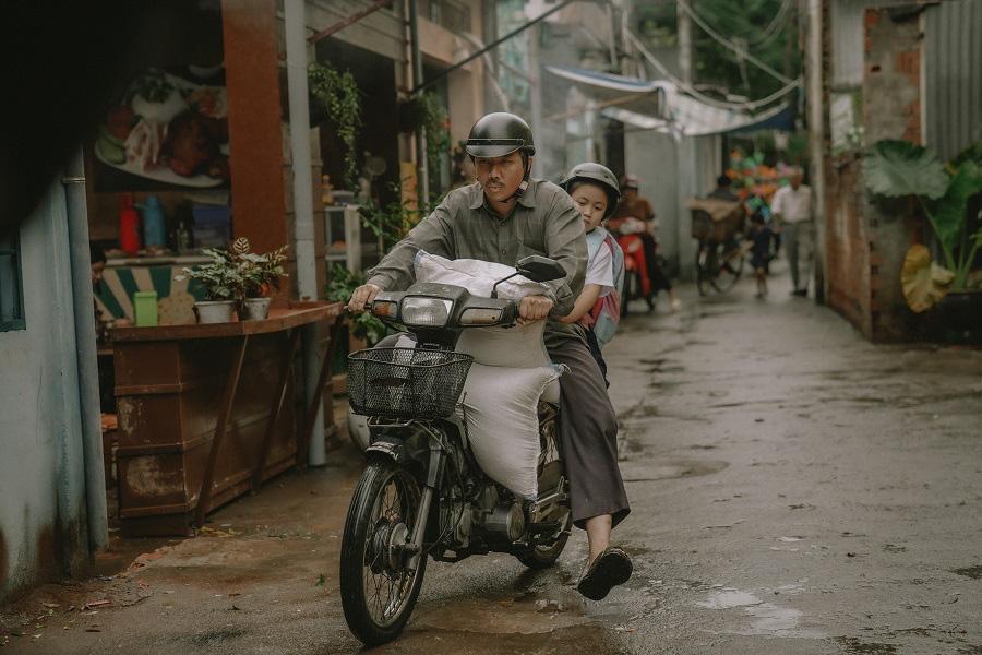 """""""Bố Già"""" của Trấn Thành - Phiên bản gà trống nuôi con tưởng chẳng có gì mới lạ nhưng lại đặc biệt nhất màn ảnh Việt - Ảnh 5."""