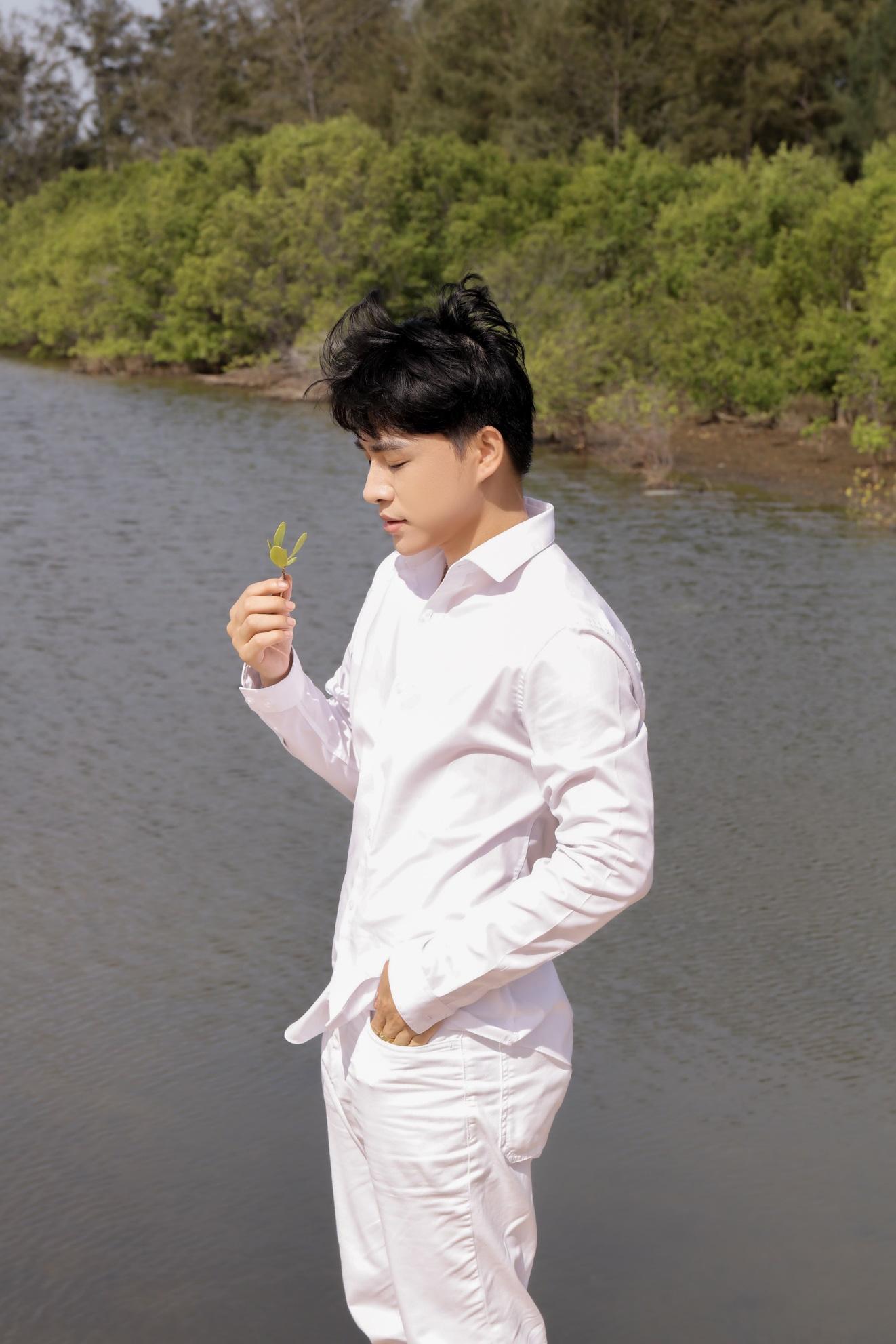 """Không tin nổi giọng hát tone nữ ngọt lịm cao vút đầy truyền cảm trong MV """"Con yêu thơ dại"""" hóa ra lại là của nam ca sĩ Trần Tùng Anh - Ảnh 1."""