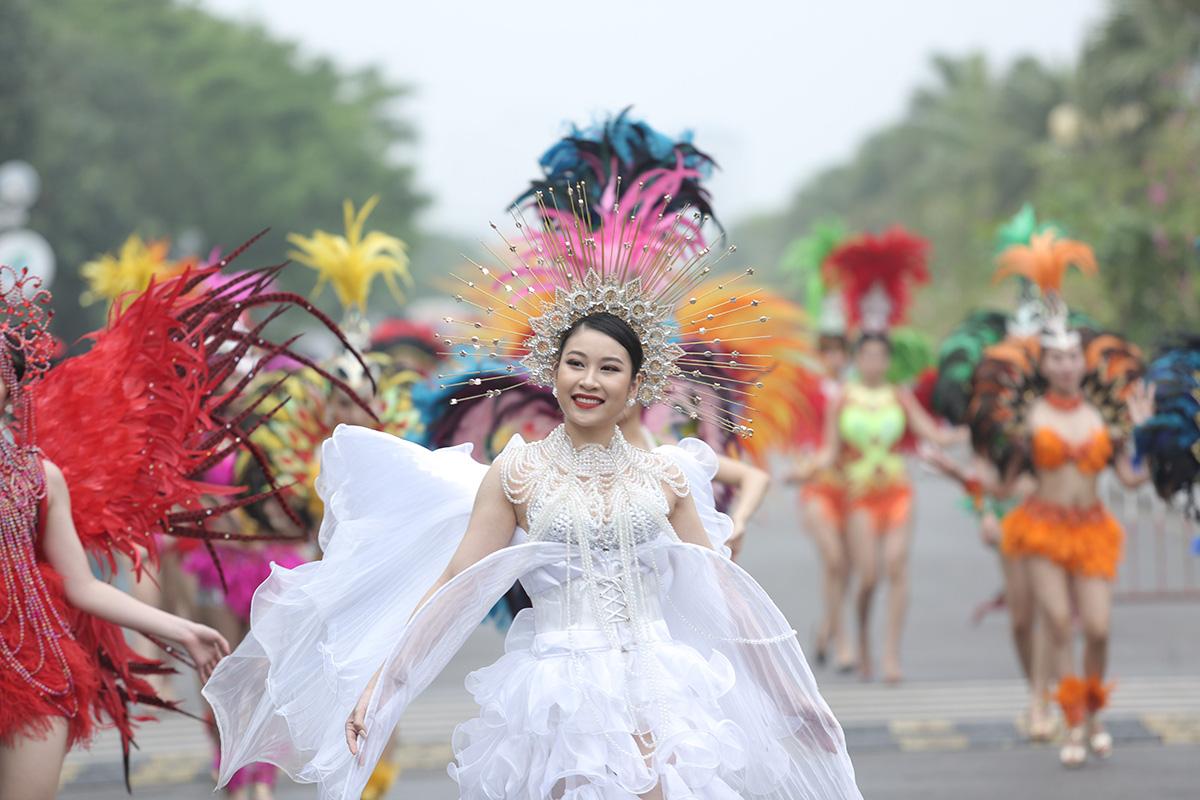 Nhìn biển người tại lễ hội hoa Sầm Sơn, biết ngay điểm ăn chơi cực đã mùa hè này - Ảnh 1.