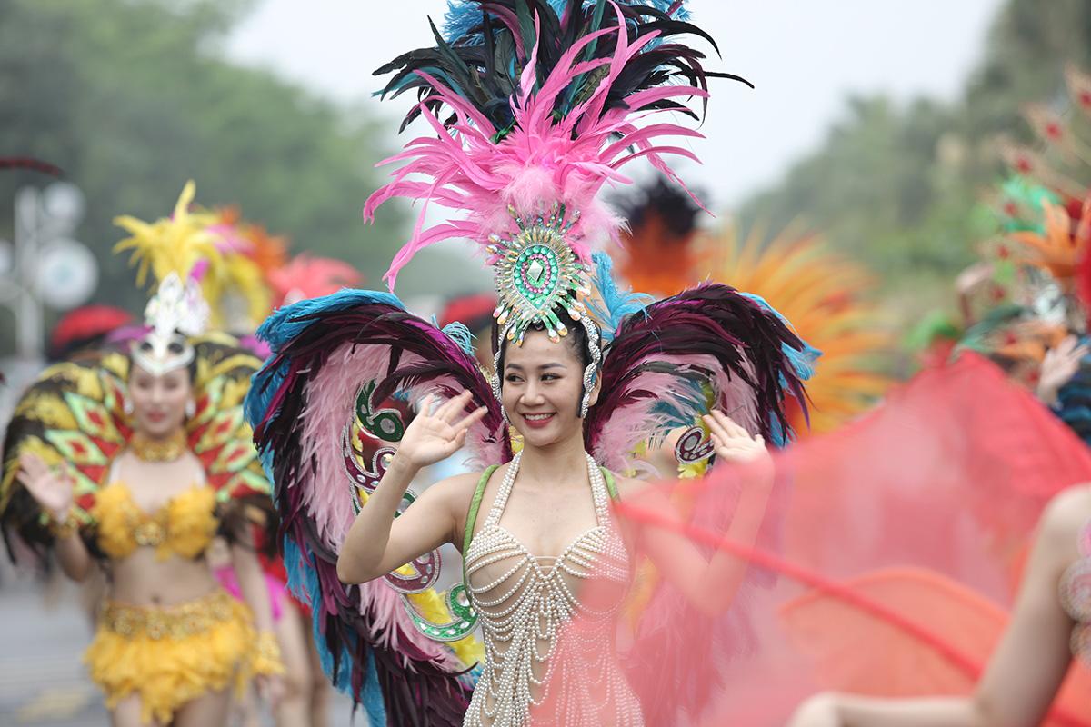 Nhìn biển người tại lễ hội hoa Sầm Sơn, biết ngay điểm ăn chơi cực đã mùa hè này - Ảnh 2.