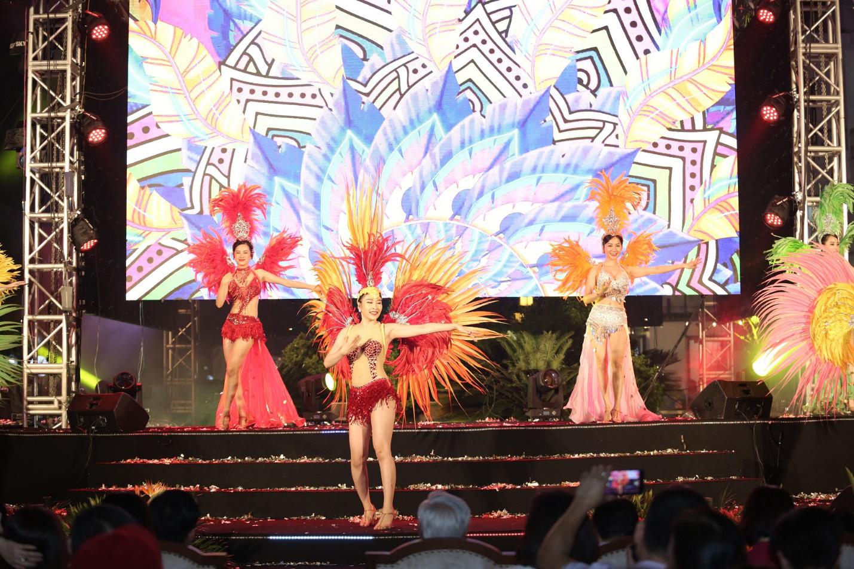 Nhìn biển người tại lễ hội hoa Sầm Sơn, biết ngay điểm ăn chơi cực đã mùa hè này - Ảnh 12.