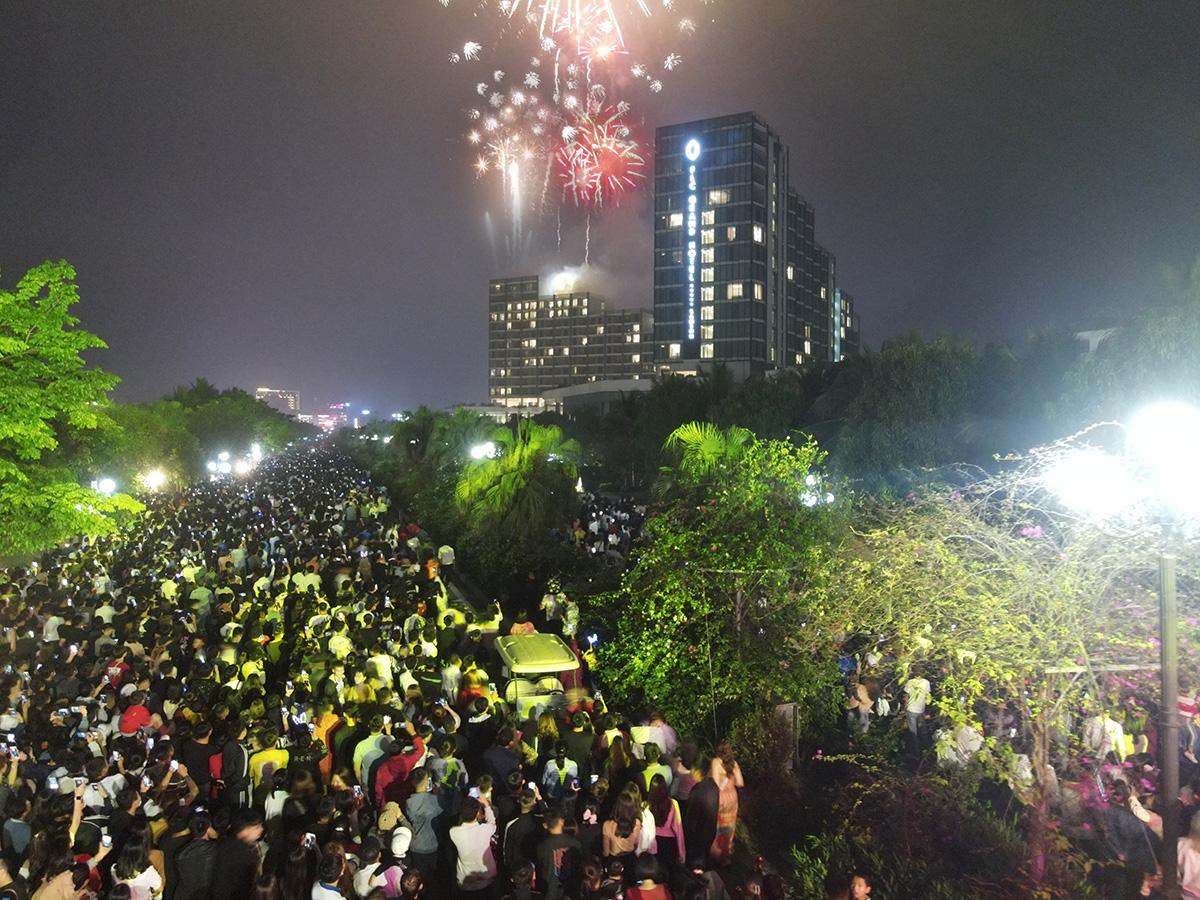 Nhìn biển người tại lễ hội hoa Sầm Sơn, biết ngay điểm ăn chơi cực đã mùa hè này - Ảnh 13.