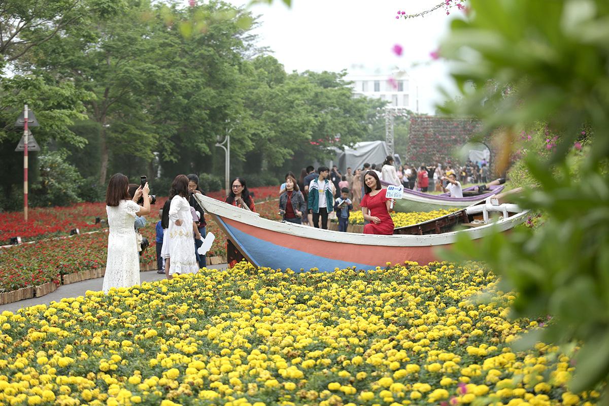 Nhìn biển người tại lễ hội hoa Sầm Sơn, biết ngay điểm ăn chơi cực đã mùa hè này - Ảnh 3.