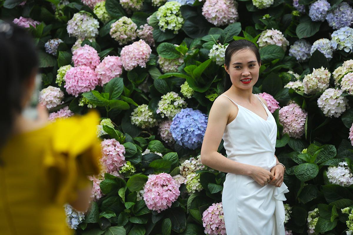 Nhìn biển người tại lễ hội hoa Sầm Sơn, biết ngay điểm ăn chơi cực đã mùa hè này - Ảnh 4.