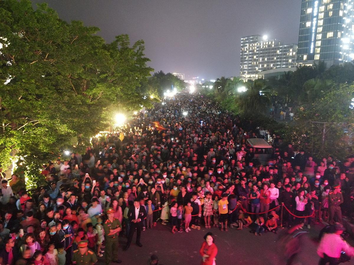 Nhìn biển người tại lễ hội hoa Sầm Sơn, biết ngay điểm ăn chơi cực đã mùa hè này - Ảnh 5.