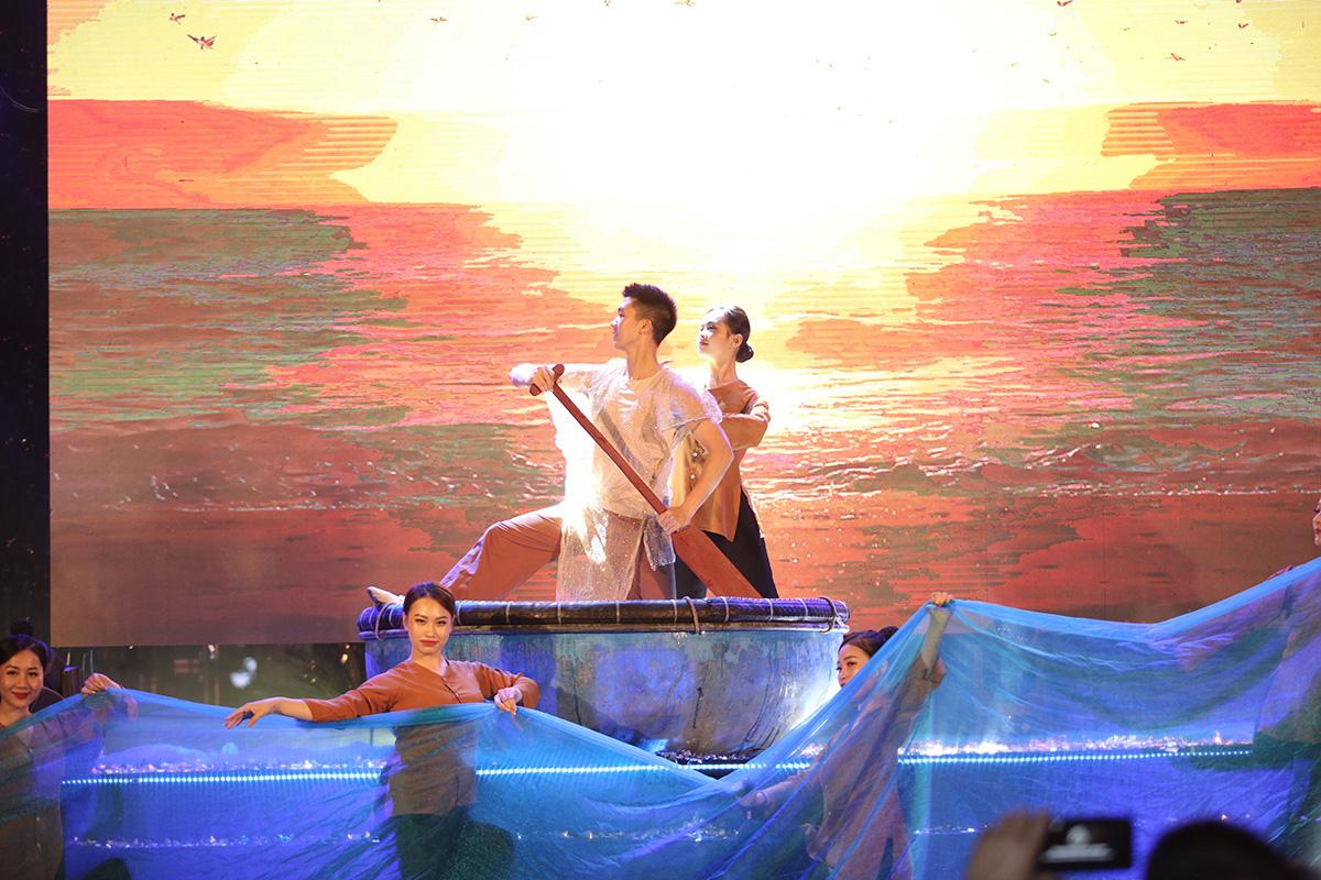 Nhìn biển người tại lễ hội hoa Sầm Sơn, biết ngay điểm ăn chơi cực đã mùa hè này - Ảnh 8.