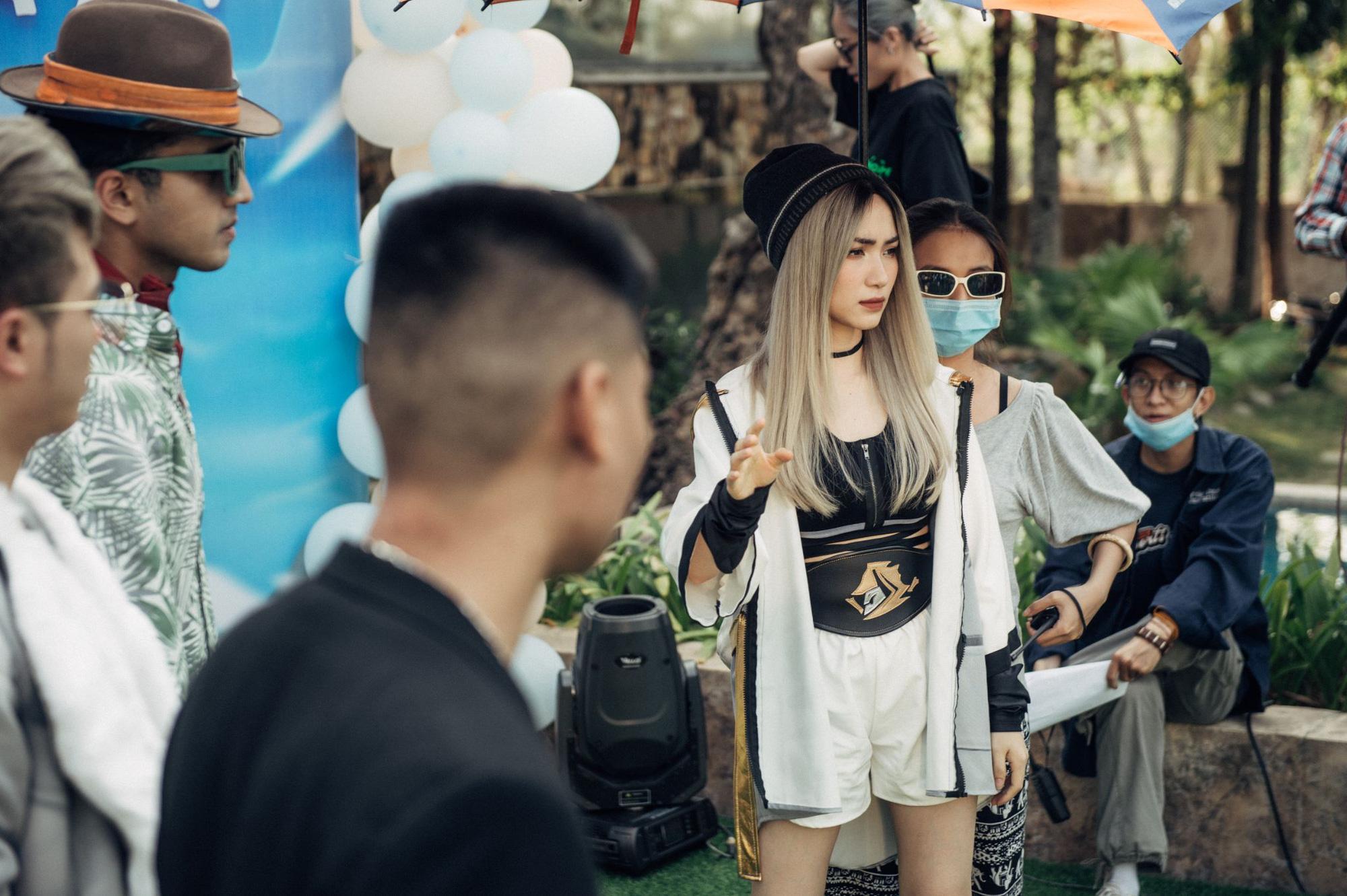 Hòa Minzy hé lộ ảnh hậu trường, lần đầu tiên xuất hiện với diện mạo gây bất ngờ - Ảnh 1.