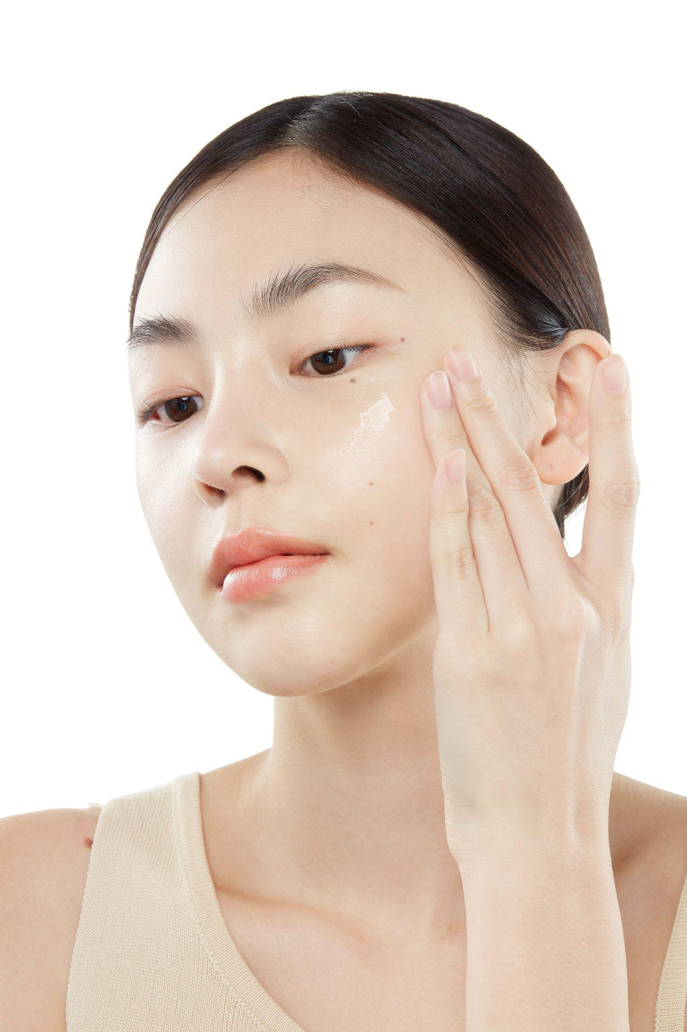Lọ serum kinh điển được các cô gái Hàn tin dùng để da mọng nước không lỗ chân lông ngay giữa hè - Ảnh 1.