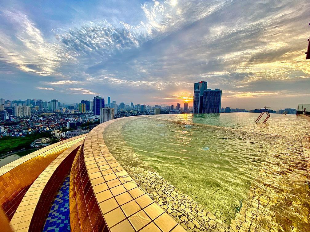 Đại tiệc hồ bơi đẳng cấp khuấy động dịp lễ 30/04 và 01/05 tại khách sạn dát vàng độc đáo ở Hà Nội - Ảnh 4.