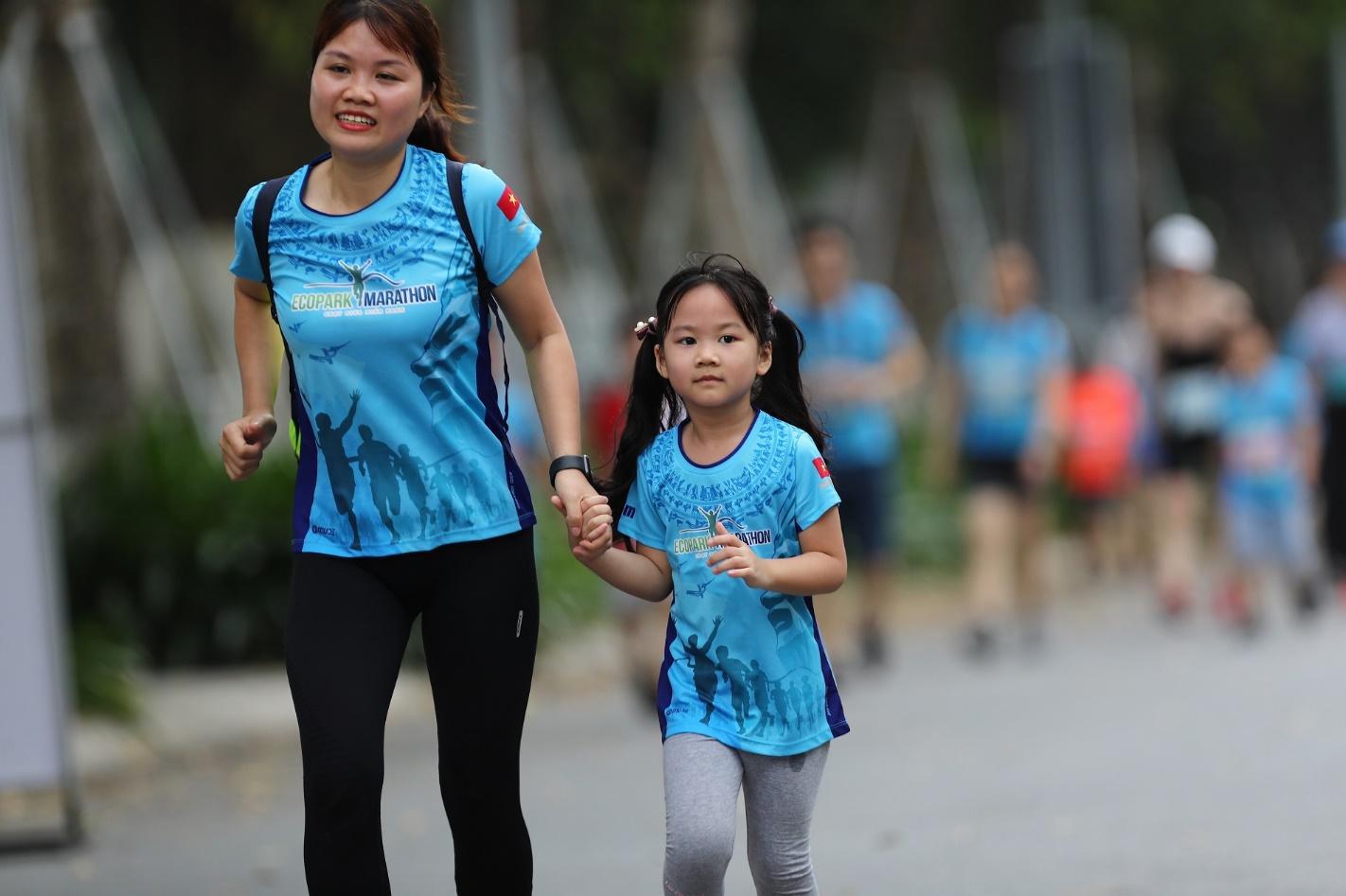 Những chân chạy nhí ở Ecopark Marathon 2021 - Ảnh 7.