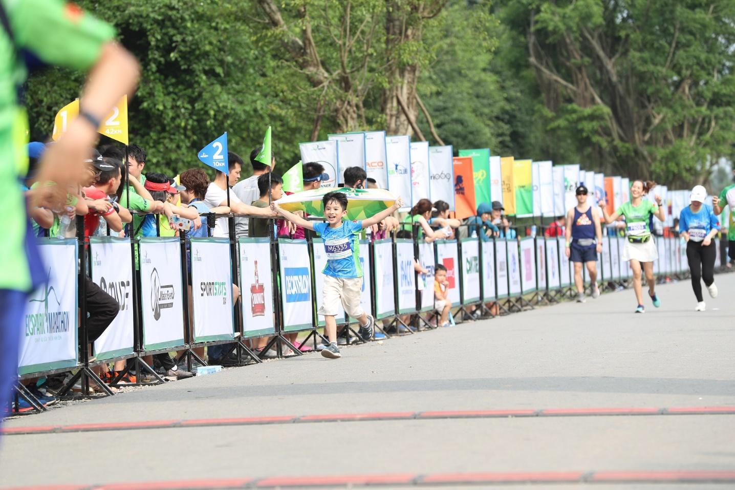 Những chân chạy nhí ở Ecopark Marathon 2021 - Ảnh 10.