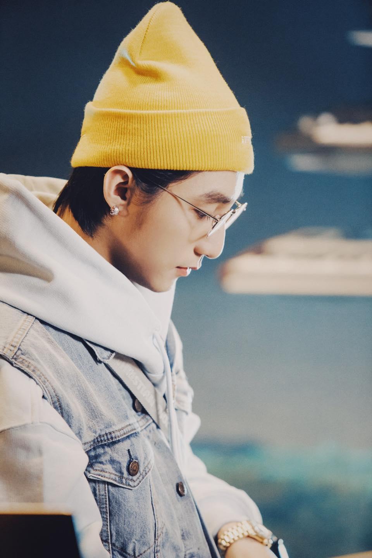"""Sơn Tùng M-TP đẹp trai như """"teen boy mới lớn, """"thả thính"""" fan ngọt thấu tim trong livestream Giật Mình Lần 1 - Ảnh 2."""