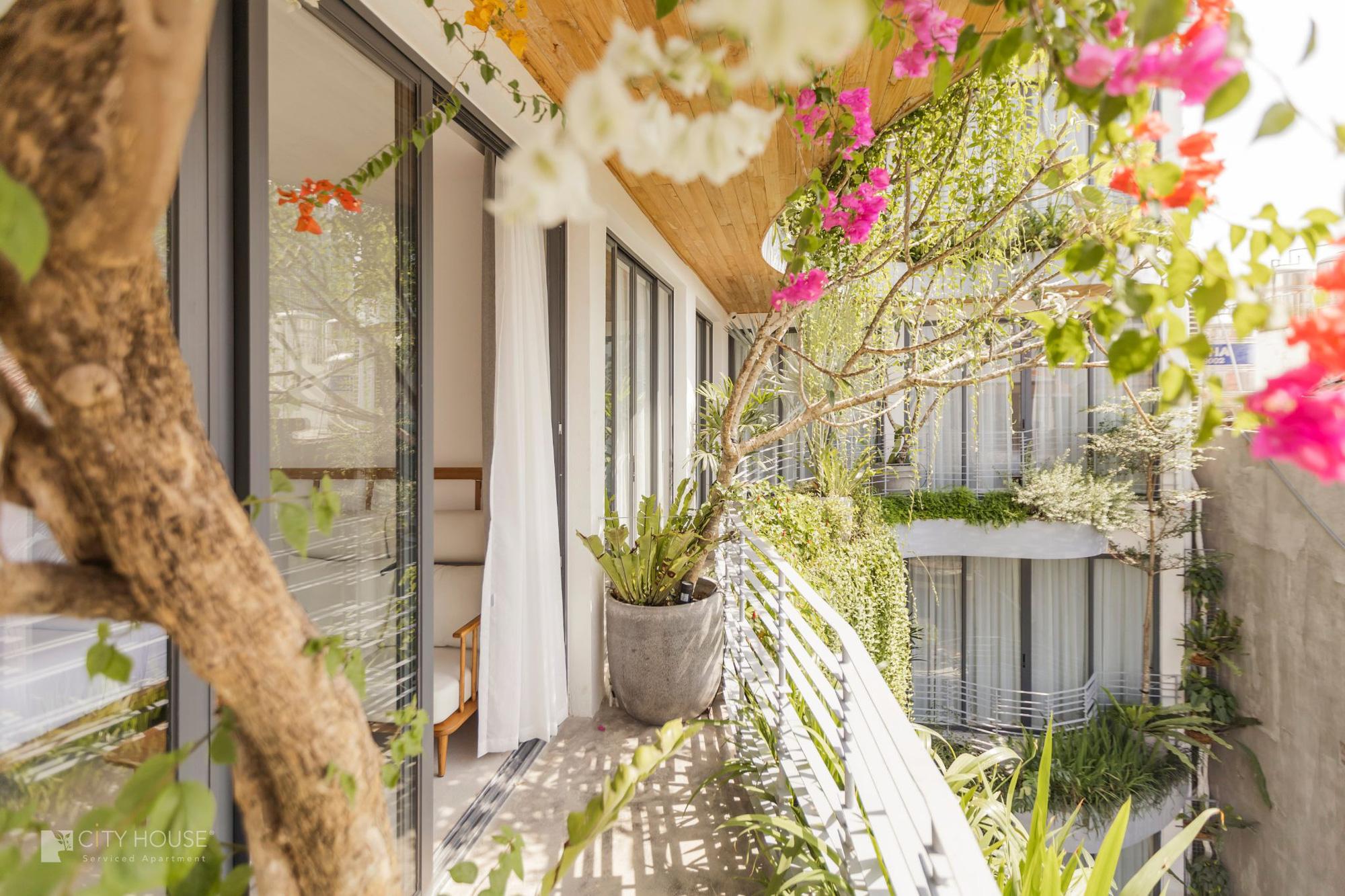 """Xuất hiện khách sạn ngay trung tâm Sài Gòn mà cứ ngỡ là resort nào đó ngoài biển, nhiều góc """"chill"""" xỉu lại chuẩn """"tropical vibe"""" - Ảnh 1."""