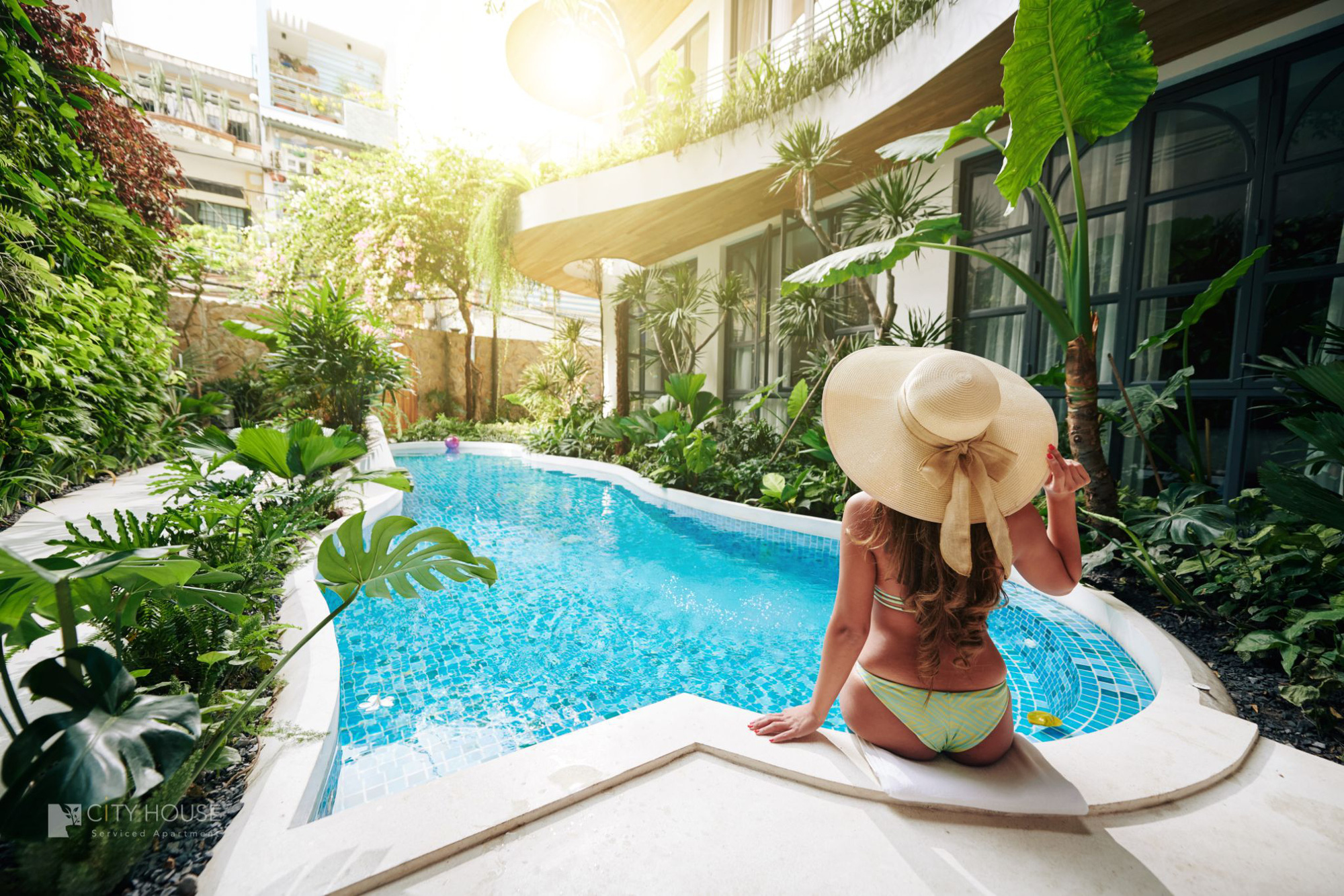 """Xuất hiện khách sạn ngay trung tâm Sài Gòn mà cứ ngỡ là resort nào đó ngoài biển, nhiều góc """"chill"""" xỉu lại chuẩn """"tropical vibe"""" - Ảnh 3."""