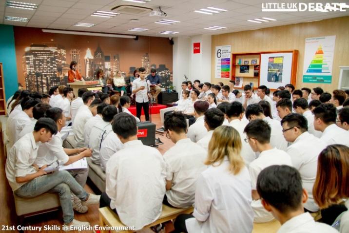 Debate nảy lửa bằng tiếng Anh nhanh như tiếng Việt, sinh viên ĐH FPT khiến bạn bè trầm trồ - Ảnh 1.