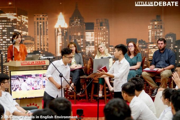 Debate nảy lửa bằng tiếng Anh nhanh như tiếng Việt, sinh viên ĐH FPT khiến bạn bè trầm trồ - Ảnh 3.