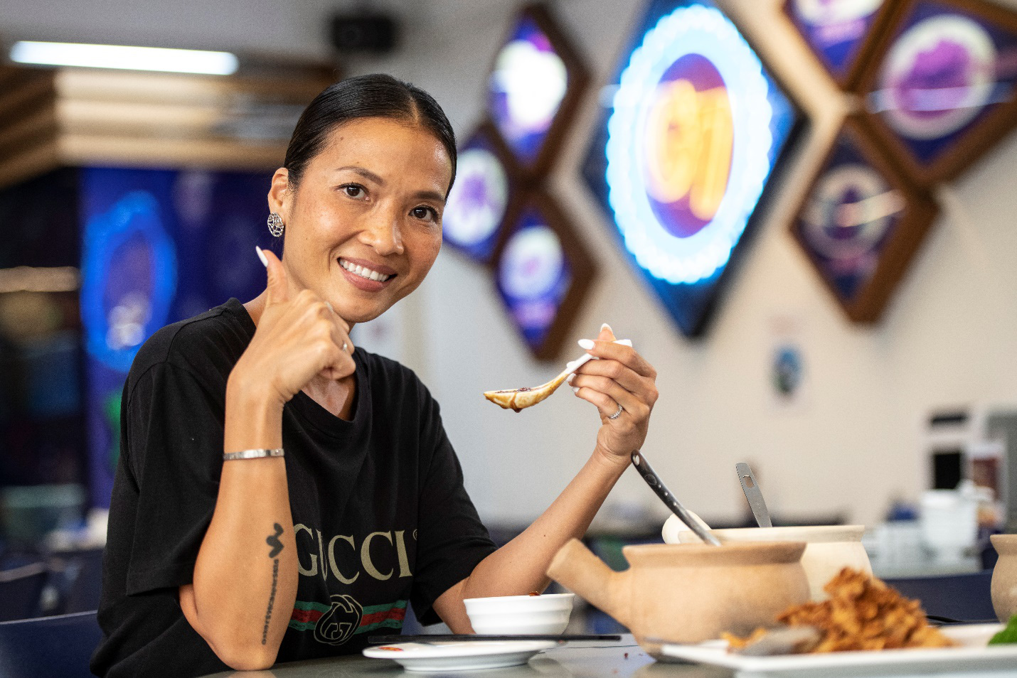 """Siêu mẫu Bằng Lăng """"phải lòng"""" văn hóa ẩm thực độc đáo của Singapore - Ảnh 2."""