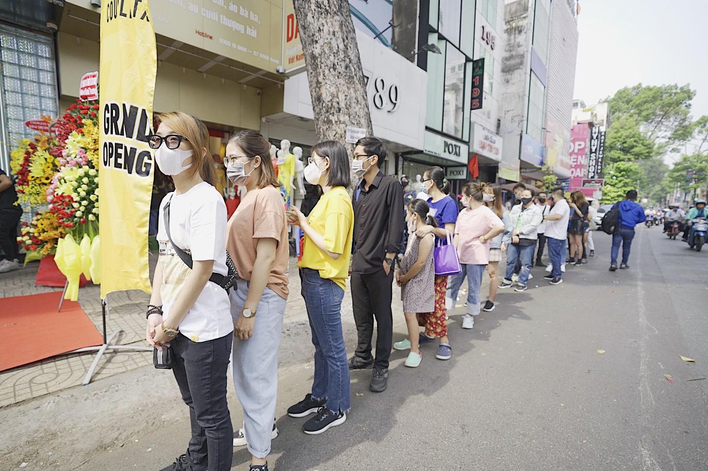 Hàng dài người xếp hàng chờ khai trương cửa hàng Couple TX - Ảnh 1.