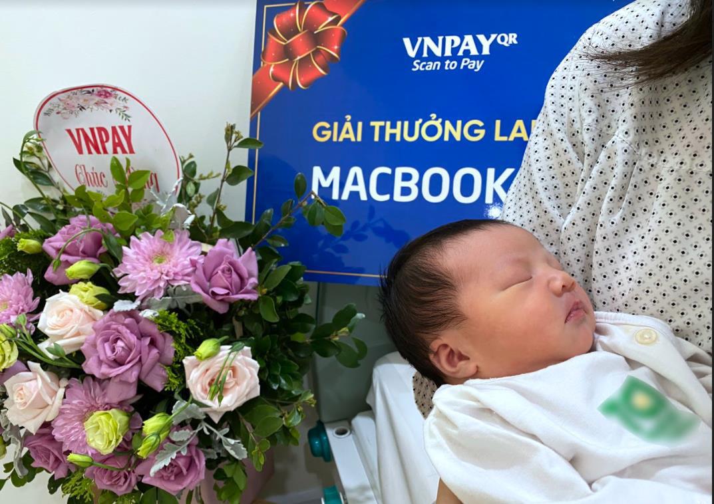 Vừa vượt cạn, mẹ trẻ bất ngờ nhận tin trúng Macbook Air nhờ quét mã VNPAY-QR - Ảnh 2.