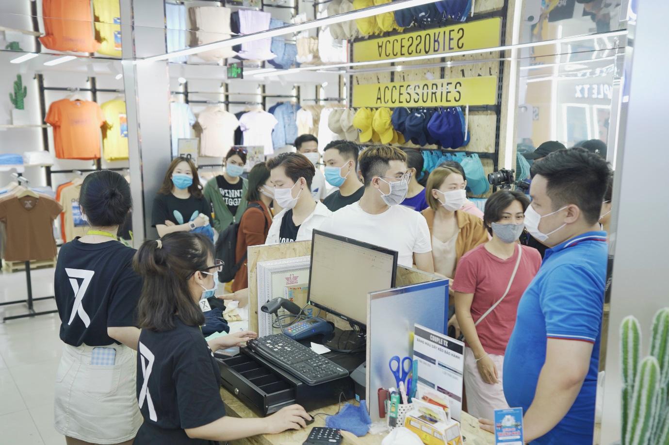 Hàng dài người xếp hàng chờ khai trương cửa hàng Couple TX - Ảnh 2.