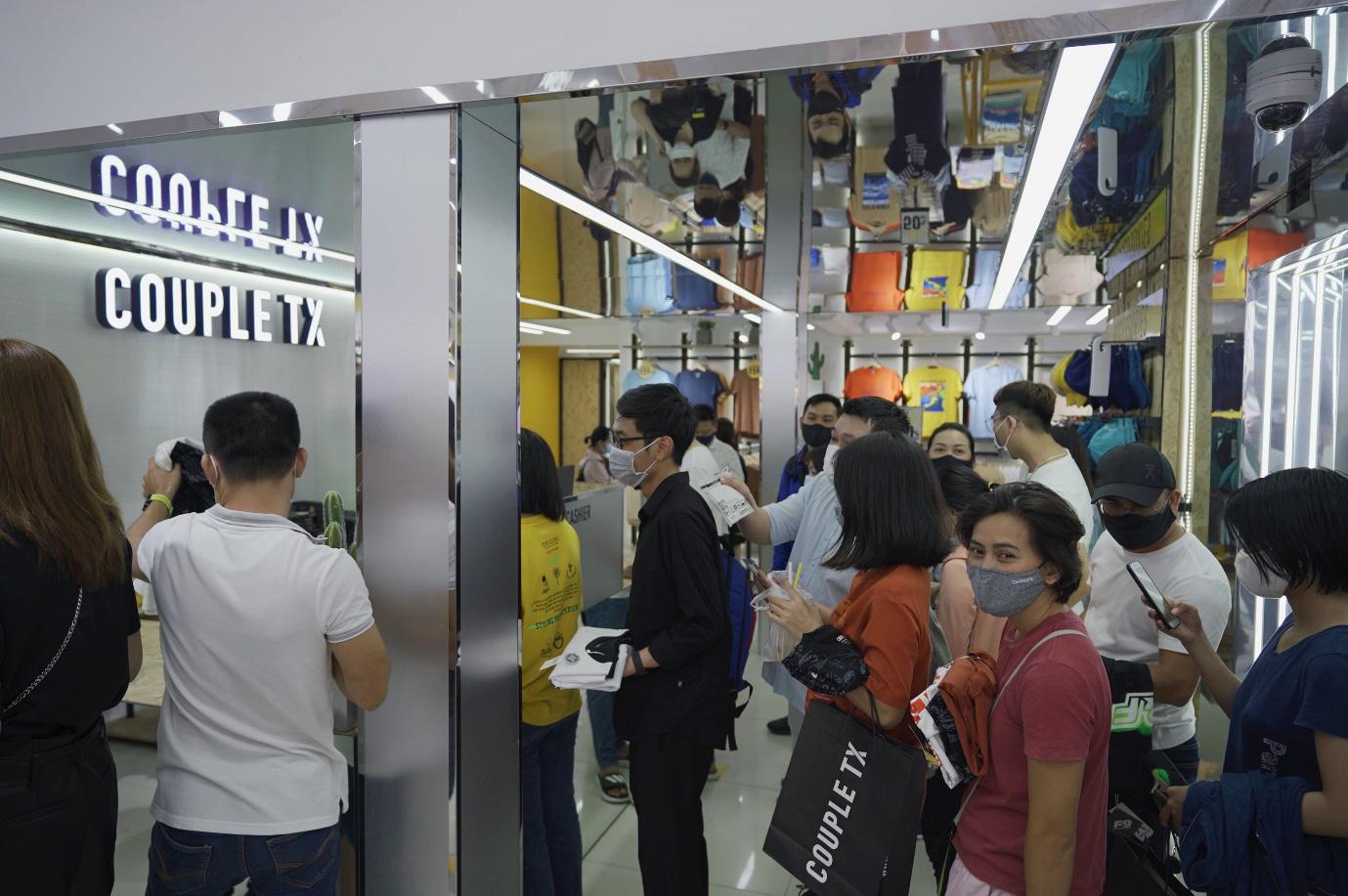Hàng dài người xếp hàng chờ khai trương cửa hàng Couple TX - Ảnh 3.