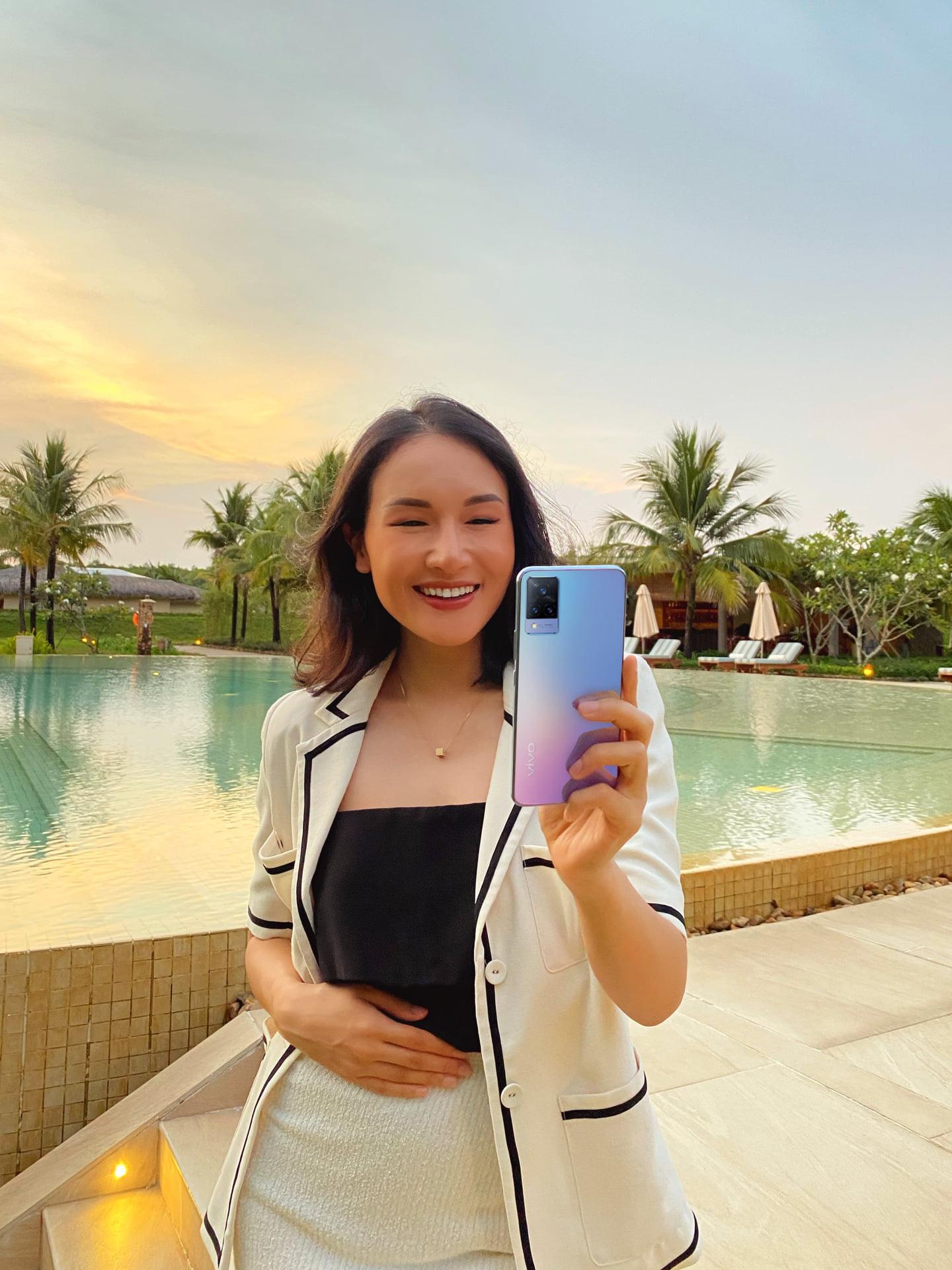 """Mặc trời tối thui, các YouTuber nổi tiếng Giang Ơi, Chan La Cà… vẫn chụp hình cực xịn nhờ """"siêu phẩm selfie"""" này - Ảnh 1."""