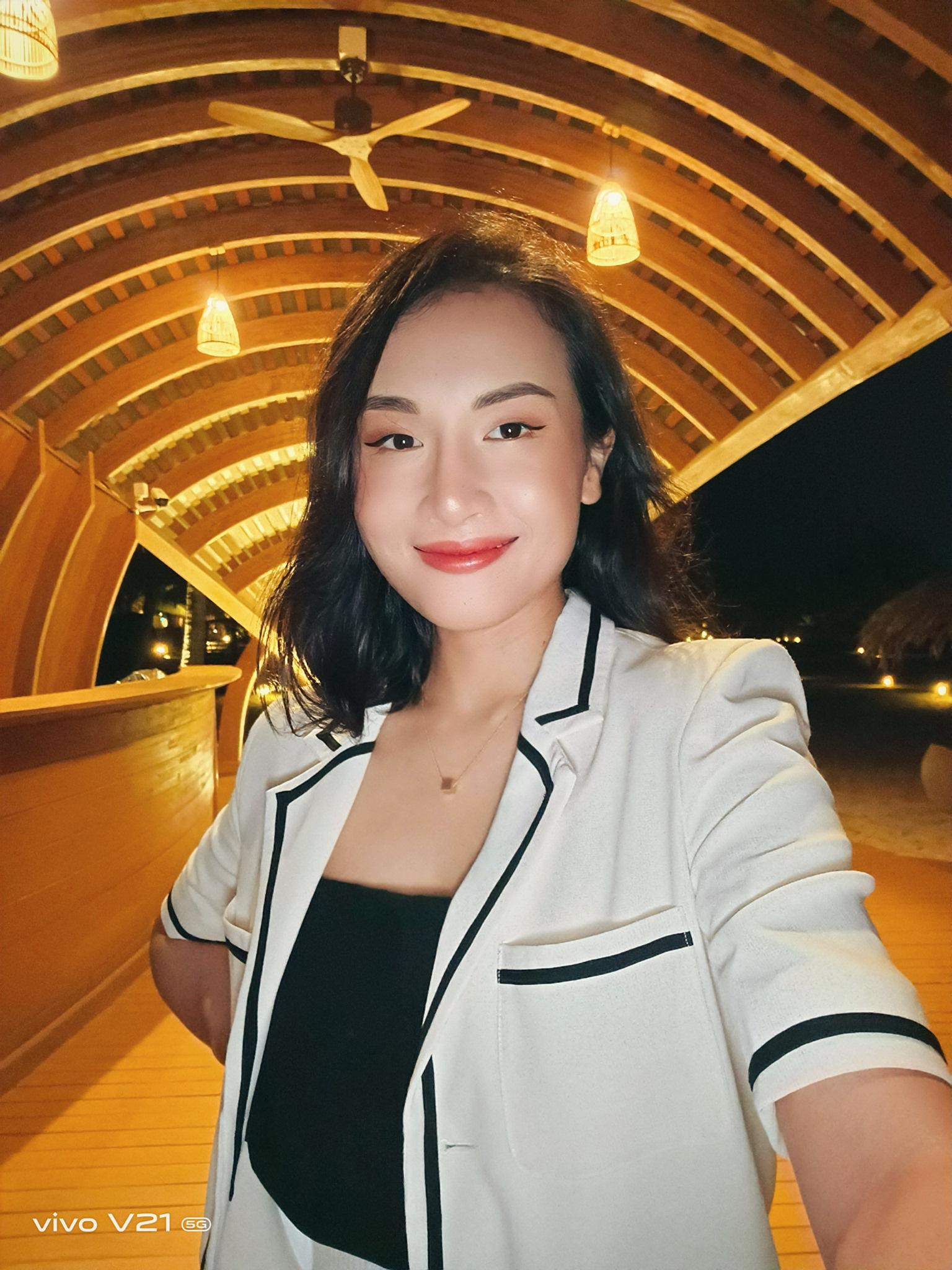 """Mặc trời tối thui, các YouTuber nổi tiếng Giang Ơi, Chan La Cà… vẫn chụp hình cực xịn nhờ """"siêu phẩm selfie"""" này - Ảnh 2."""