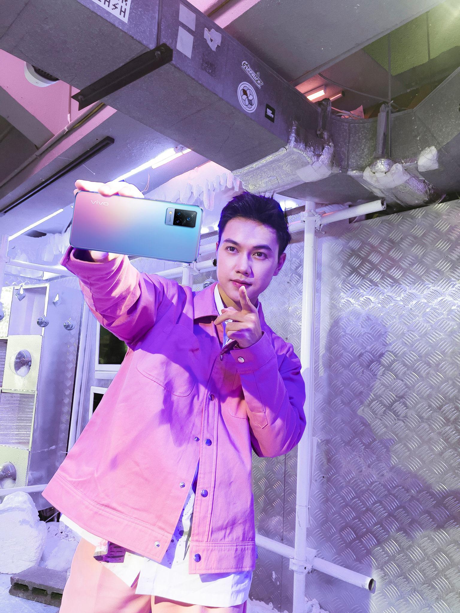 """Mặc trời tối thui, các YouTuber nổi tiếng Giang Ơi, Chan La Cà… vẫn chụp hình cực xịn nhờ """"siêu phẩm selfie"""" này - Ảnh 5."""
