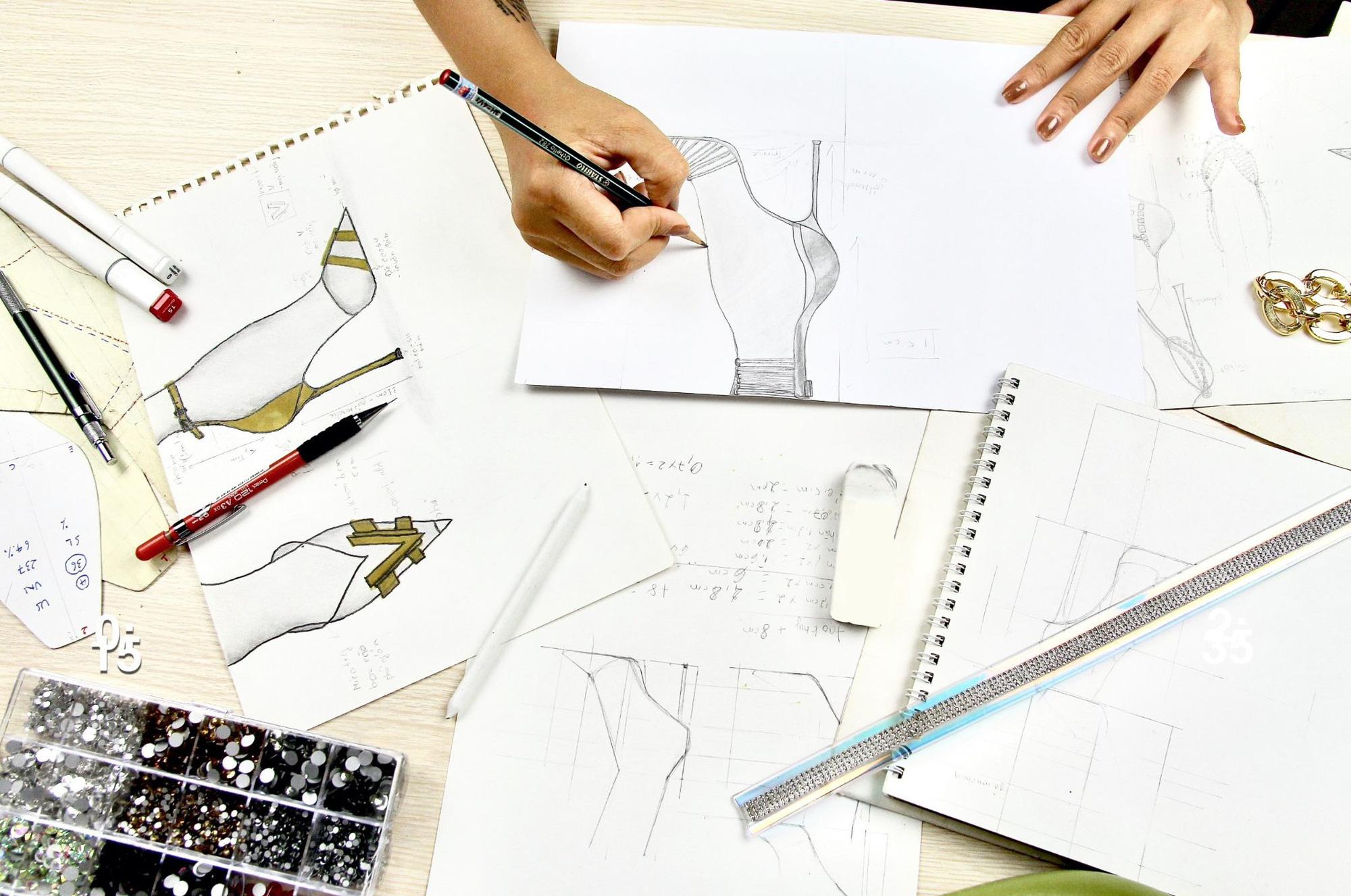 Ý nghĩa đằng sau 3 mẫu giày được thiết kế riêng cho Khánh Vân tại Miss Universe 2020 - Ảnh 2.