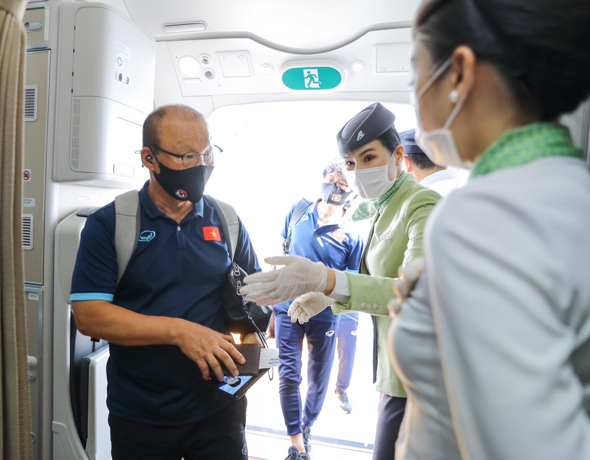 HLV Park Hang-seo cùng các học trò bay thẳng tới UAE trên chuyên cơ Bamboo Airways dự vòng loại World Cup 2022 - Ảnh 6.