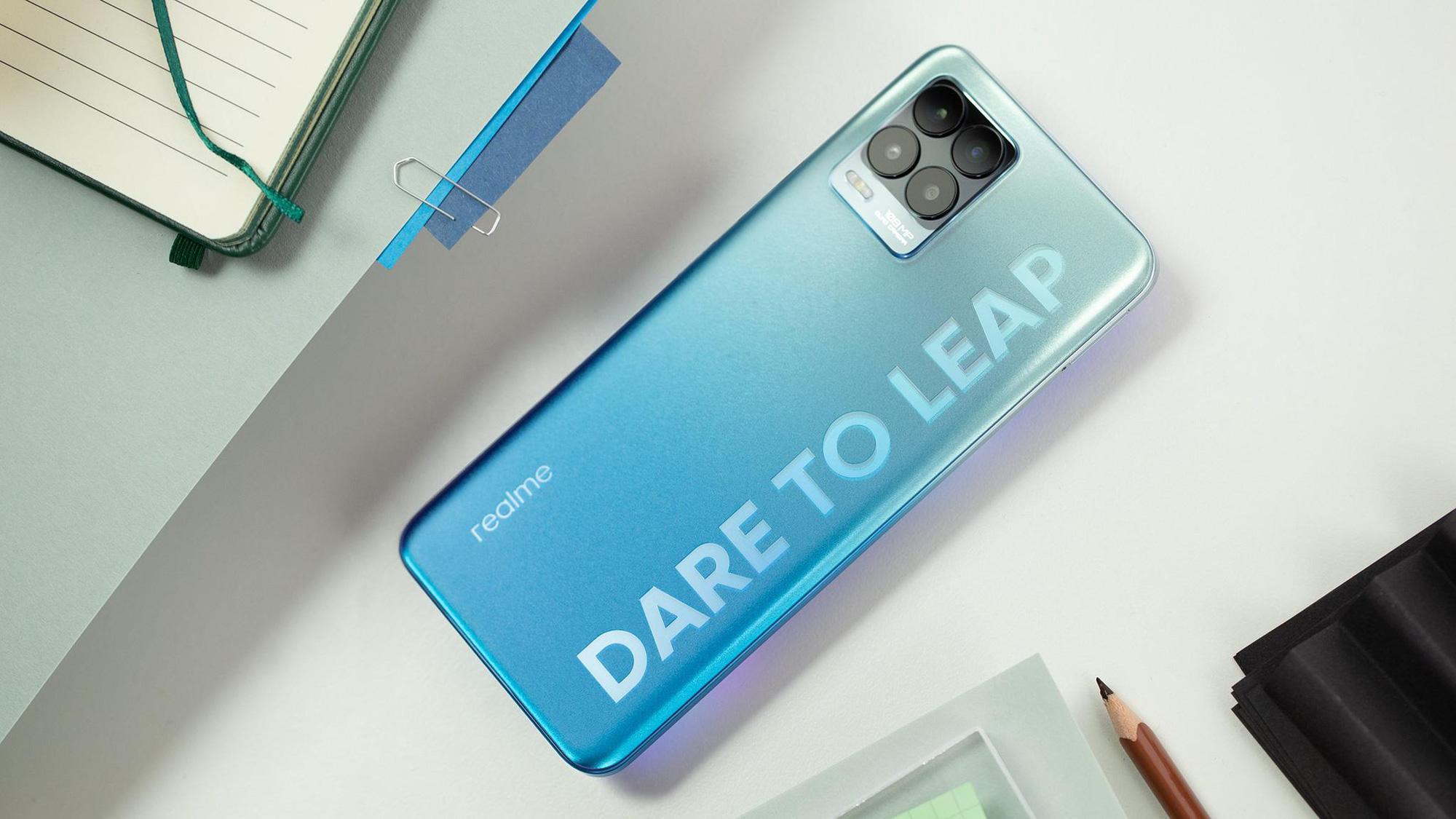 """Chiếc smartphone Realme 8 Pro """"vừa khít"""" gu Gen Z, đặt trước tại Thế Giới Di Động còn được giảm 300k tặng loa bluetooth 1.290.000 đồng - Ảnh 1."""
