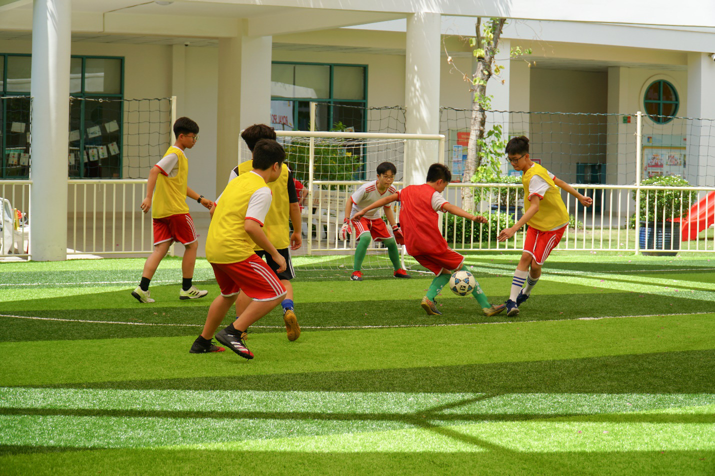 """Bồi đắp một thế hệ trẻ khoẻ thể chất và """"fair play"""" từ các sân chơi thể thao học đường - Ảnh 1."""