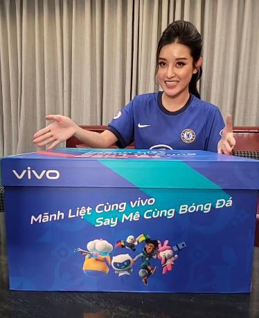 """Á hậu Huyền My, BLV Anh Quân, bà xã Duy Mạnh đồng loạt đập hộp quà siêu """"khủng"""" mùa bóng đá hè này - Ảnh 1."""