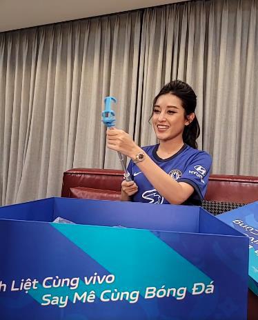 """Á hậu Huyền My, BLV Anh Quân, bà xã Duy Mạnh đồng loạt đập hộp quà siêu """"khủng"""" mùa bóng đá hè này - Ảnh 2."""