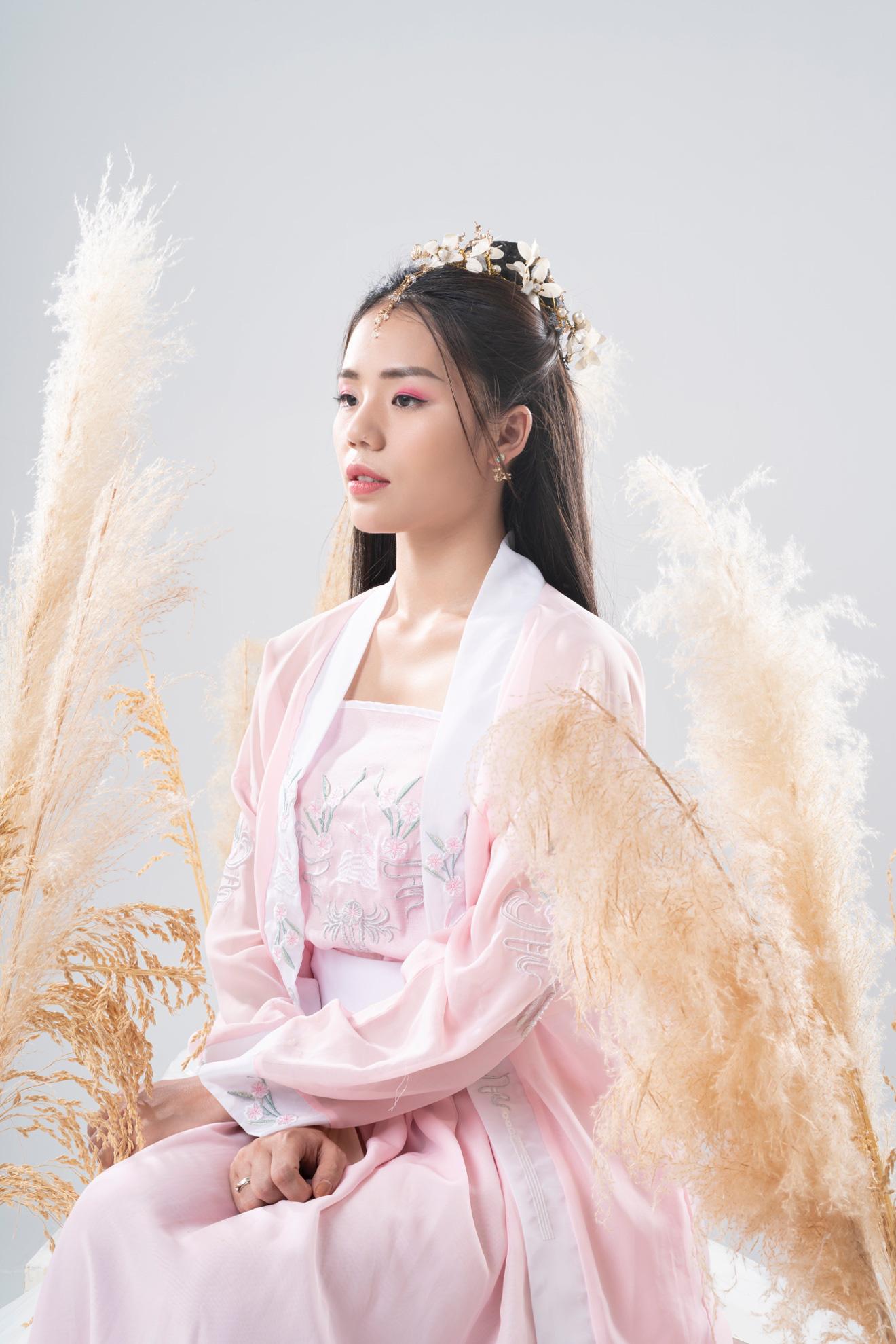Hương Ly mang thông điệp trân trọng tình yêu hiện tại vào MV cổ trang đầu tay - Ảnh 2.