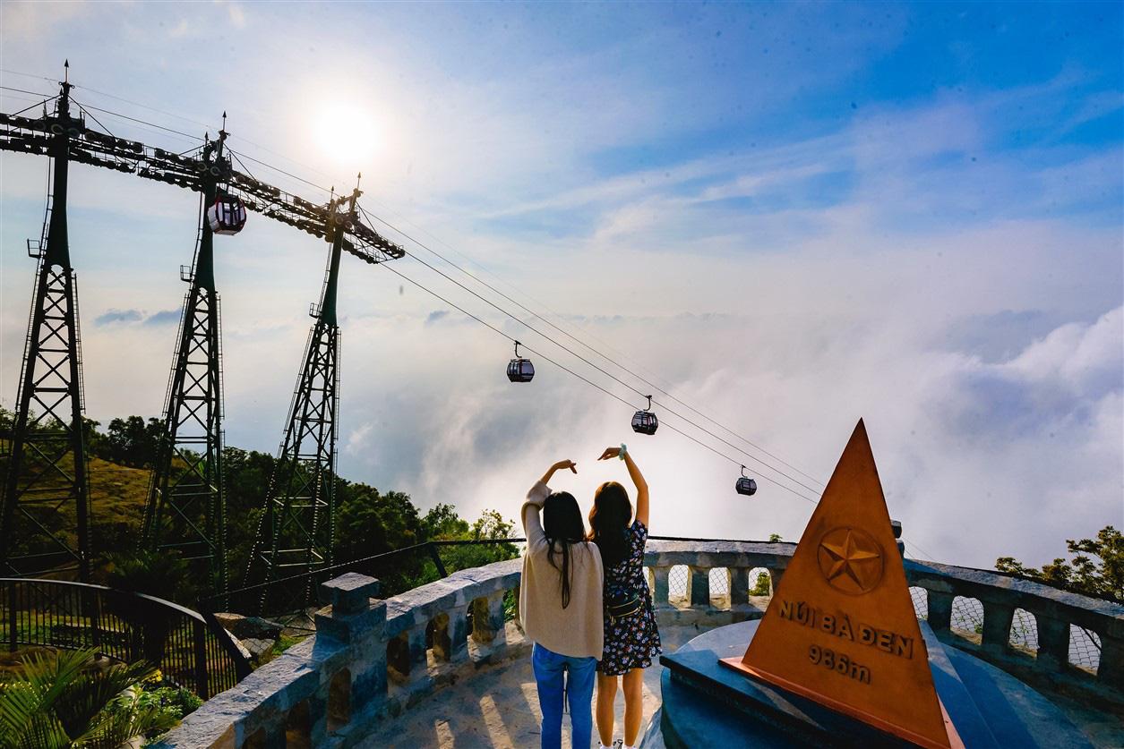 Bạn đã lầm nếu nghĩ núi Bà Đen chỉ có chóp tháp 986m, ẩn giữa mây trắng là một miền tiên cảnh linh thiêng tuyệt mỹ và những món ăn cực chất - Ảnh 1.