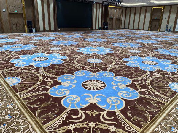 Tấm thảm trải sàn dệt theo thiết kế có diện tích hơn 1000m2 - Ảnh 1.