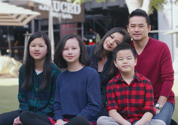 Vợ chồng Ngọc Thúy cùng ba con hỗ trợ người nghèo chống dịch - Ảnh 1.