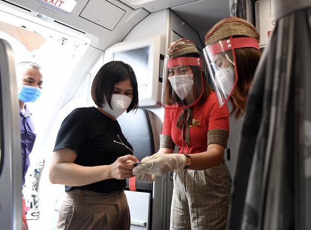 Vietjet hỗ trợ những chuyến bay chở các y bác sĩ và vaccine Pfizer vào TP.HCM chống dịch - Ảnh 2.