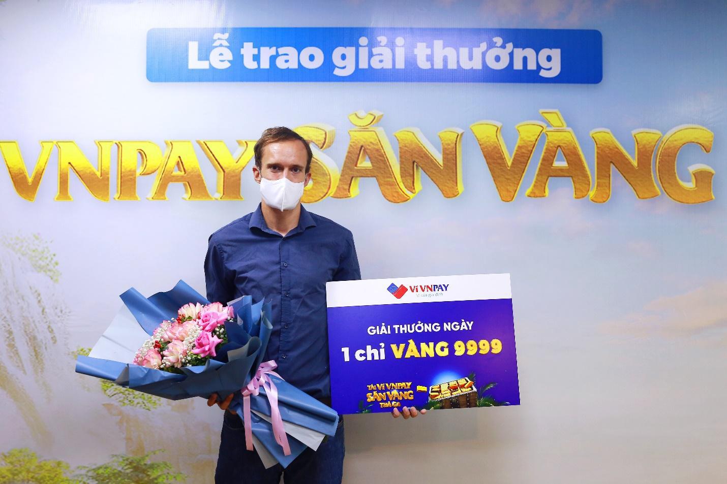 Chàng trai ngoại quốc trúng vàng 9999 nhờ thanh toán hóa đơn trực tuyến - Ảnh 1.