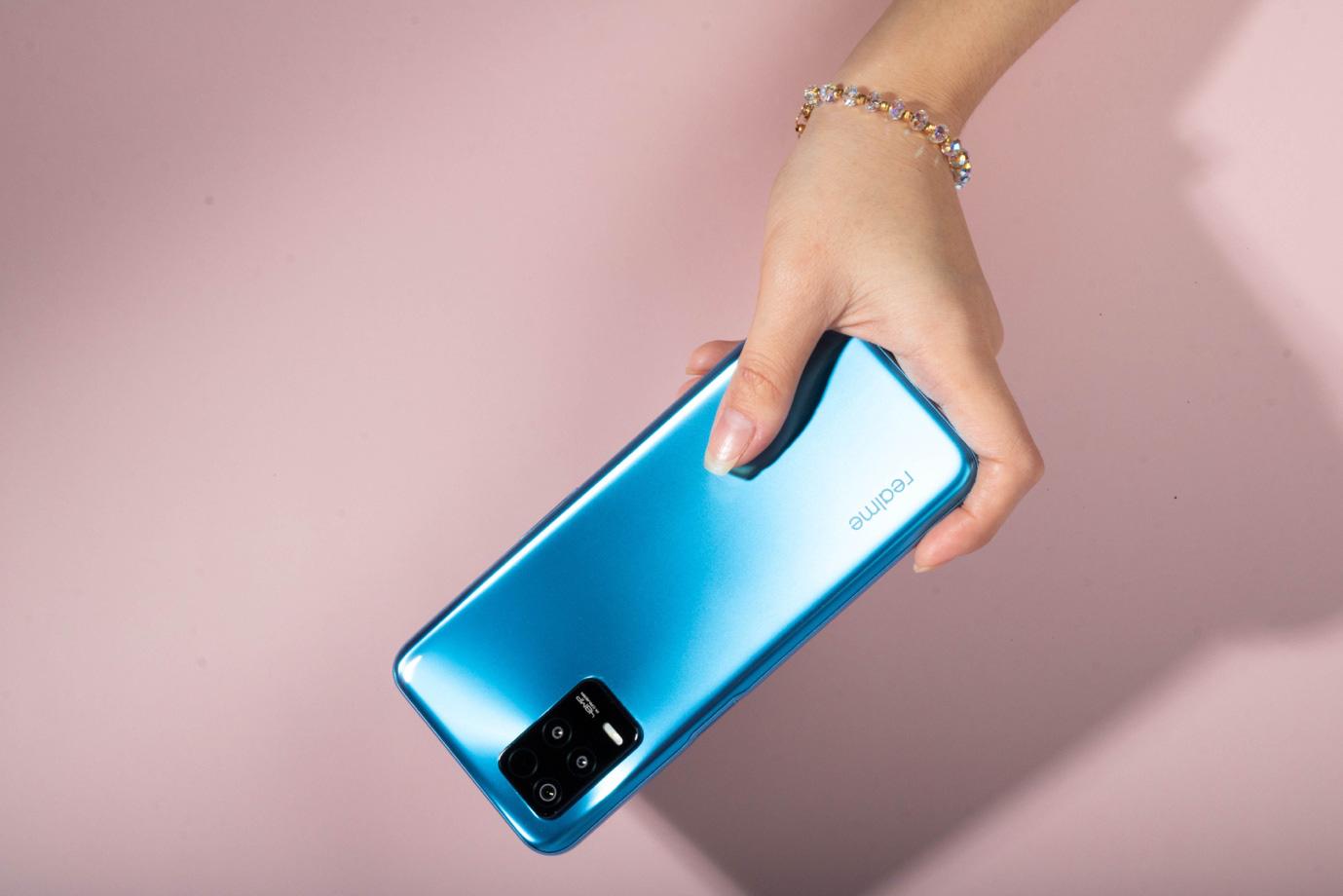 Trên tay chiếc điện thoại 5G hot nhất của realme: Xem phim cả ngày, cày game lướt web siêu nhanh, siêu khỏe! - Ảnh 1.