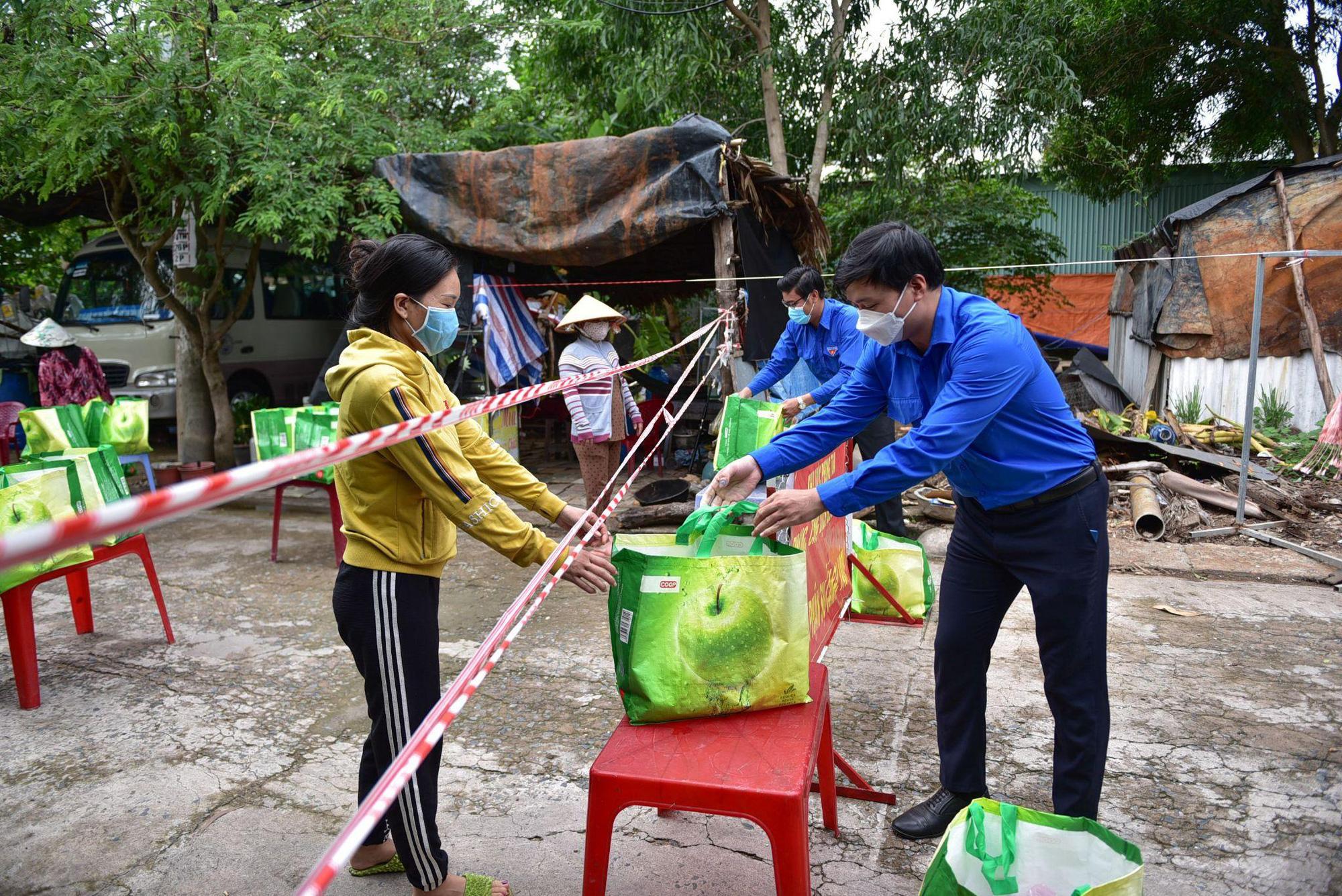 Thêm 3.000 giỏ quà nghĩa tình được trao đến tay người dân tại các khu phong tỏa - Ảnh 1.
