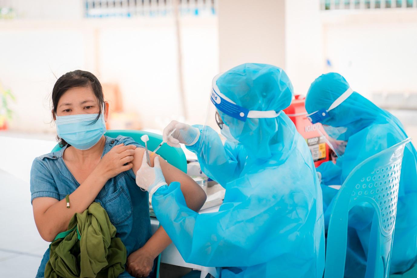Khi nào nên uống thuốc hạ sốt sau tiêm vaccine Covid-19? - Ảnh 2.