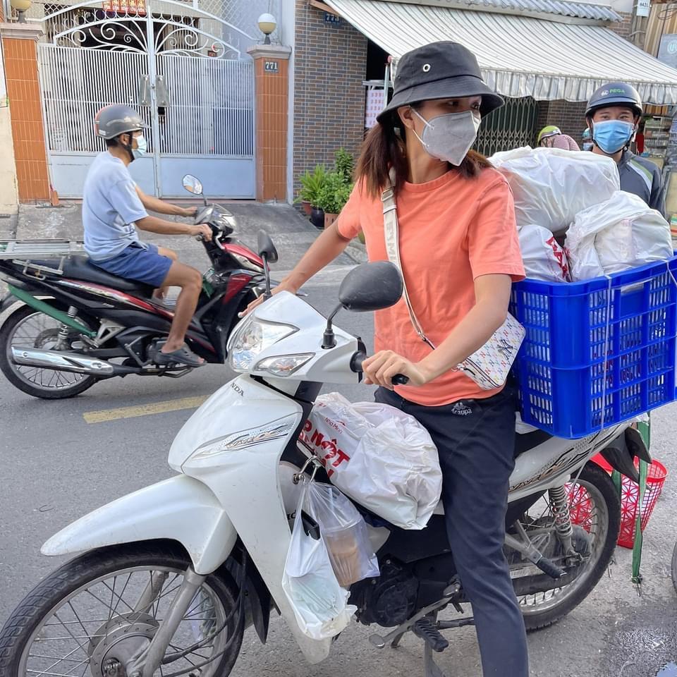 """H'Hen Niê - """"Hoa hậu shipper"""" mang lương thực tới tận tay người cần - Ảnh 1."""