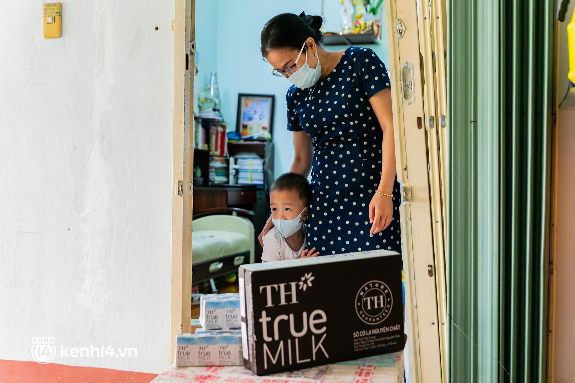 Ấm lòng mùa dịch: Trân quý những ly sữa tươi sạch tiếp sức trẻ nhỏ Sài Gòn - Ảnh 1.