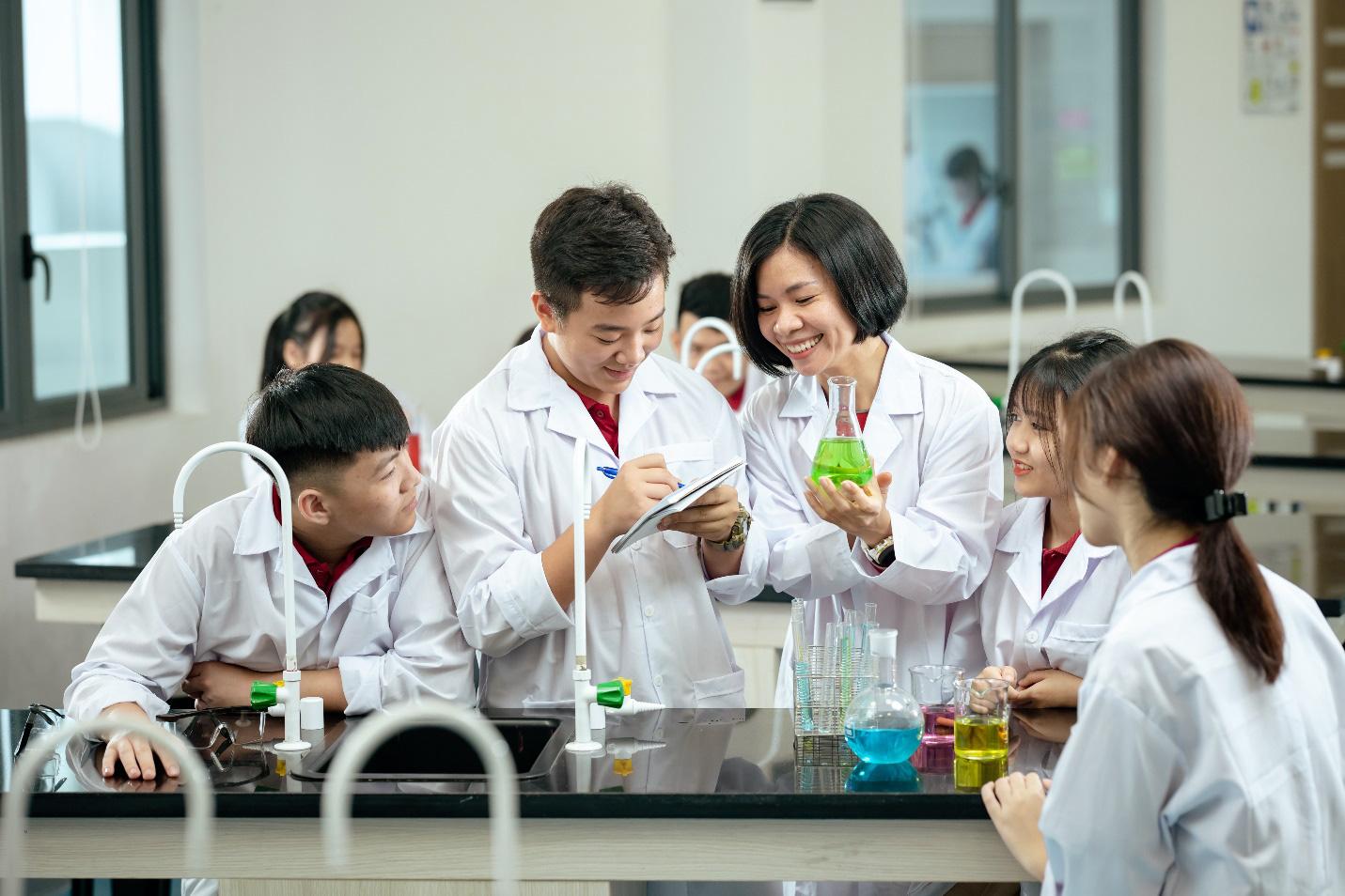 82% học sinh VAS đạt điểm cao kỳ thi Tú tài Cambridge A Level - Ảnh 4.