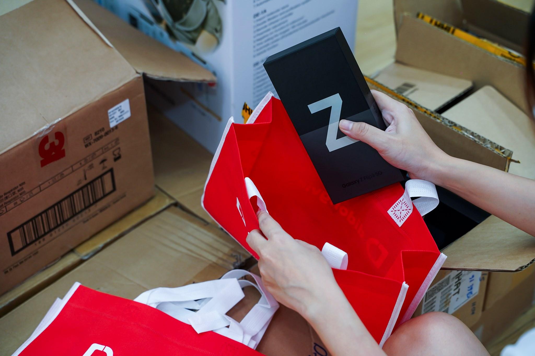 Bán sạch hàng, Samsung giao siêu phẩm Galaxy Z đến tay khách trong không khí hào hứng chưa từng có - Ảnh 7.