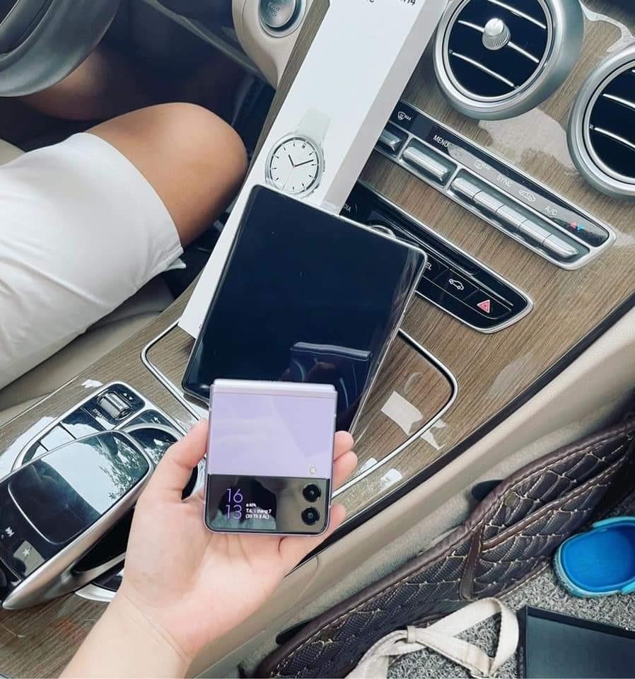 Bán sạch hàng, Samsung giao siêu phẩm Galaxy Z đến tay khách trong không khí hào hứng chưa từng có - Ảnh 1.